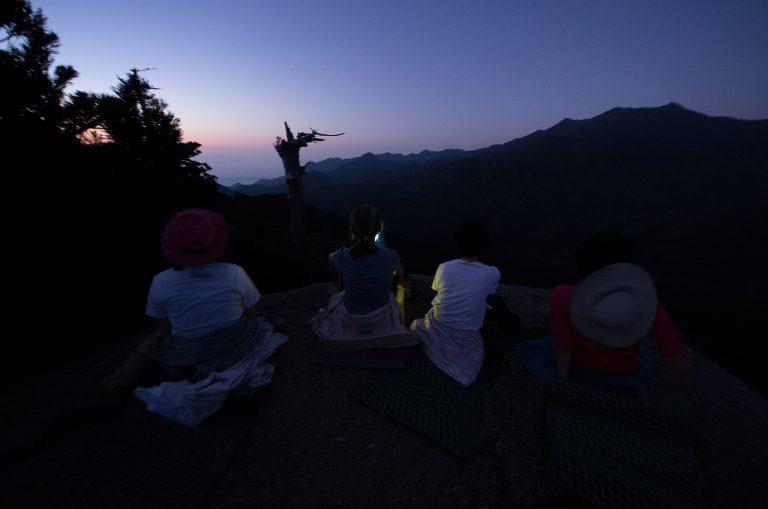 「もののけ姫」の世界:太鼓岩で日の出を迎える