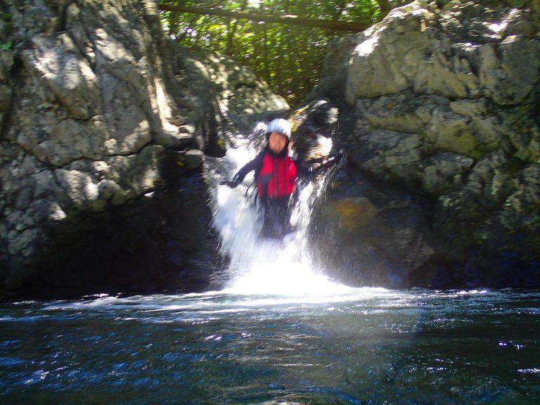 秘境の滝で天然ウォータースライダー