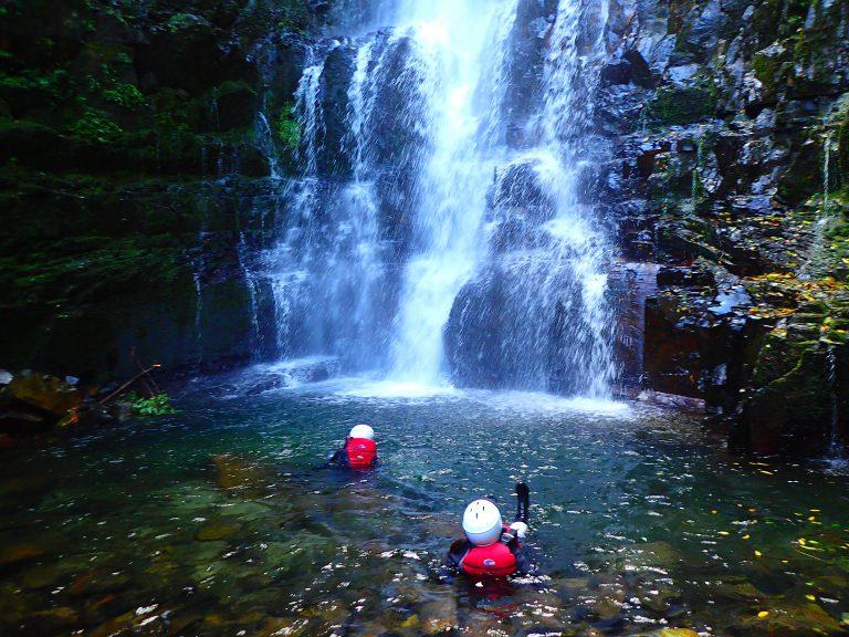 沢登りで滝を見にいくツアー
