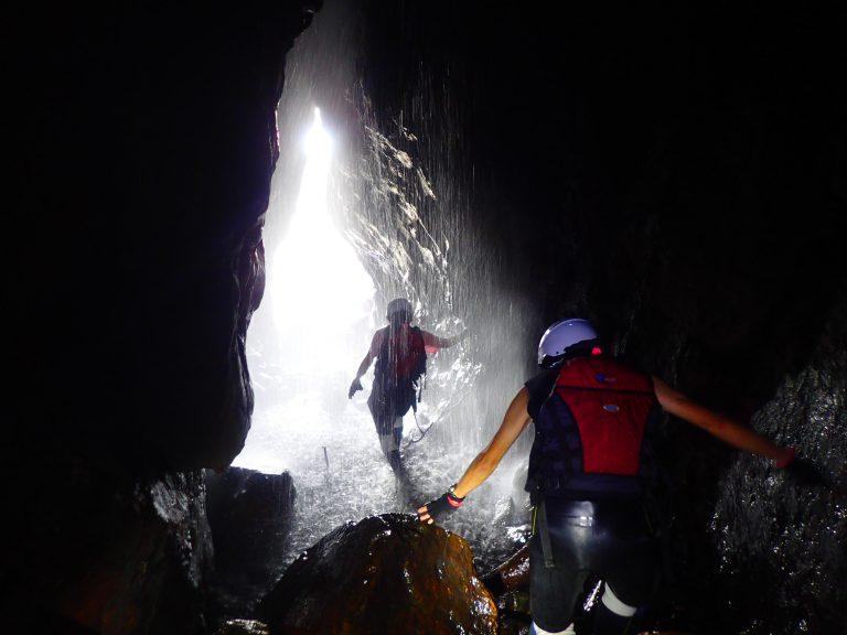 洞窟探検ツアーで屋久島を冒険しよう!